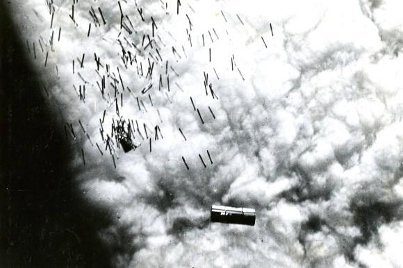 Luftkrieg-US-Luftwaffe-Verladen-von-Brandbomben-Foto-1944-
